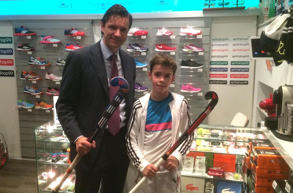Stammkunde in Sachen Hockey & Running - Rot-Weiss Köln Präsident Dr. Stefan Seitz mit Sohn Fabio